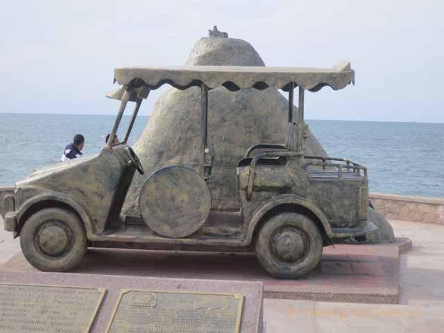 """Pulmonia Taxi Monument on the Malecon"""